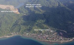 Foto udara danau dadakan dan dam alamiahnya di lembah Way Ela dengan desa Negeri Lima di latar depan. Diambil dari hilir dengan arah pandang ke selatan. Sumber: BNPB, Oktober 2012.