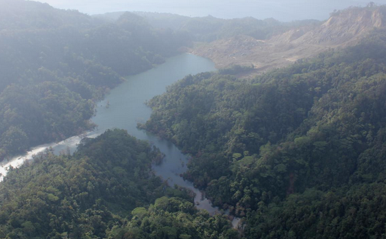 Foto udara situasi genangan air di danau dadakan, lokasi titik longsor dan dam alamiahnya di lembah Way Ela. Diambil dari hulu dengan arah pandang ke utara. Sumber: BNPB, Oktober 2012.