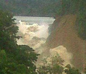 Saat danau dadakan Way Ela mulai jebol pada Kamis 25 Juli 2013 pukul 10:30 WIT. Sumber: Sutopo Purwo Nugroho (BNPB), 2013.
