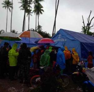 Langit masih mendung dan mencucurkan airnya di kawasan pengungsi bencana Way Ela. Sumber: Sutopo Purwo Nugroho (BNPB), 2013.