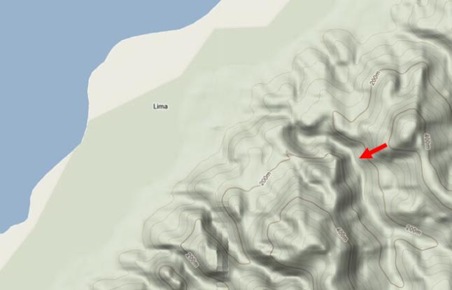 Peta kontur desa Negeri Lima dan kawasan sekitarnya. Tanda panah merah menunjukkan lokasi longsoran besar yang akhirnya membentuk dam alamiah sehingga timbul genangan air di bawah level elevasi 200 meter dpl. Sumber: Google Maps, 2012.