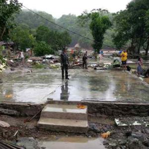 Tak ada yang tersisa. Seluruh bangunan rumah di desa Negeri Lima telah lenyap, tinggal berbekas lantai dan pondasinya saja, menyusul bencana Way Ela. Tinggi genangan air sempat mencapai 7 meter dari permukaan tanah. Sumber: Sutopo Purwo Nugroho (BNPB), 2013.