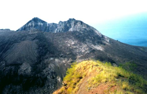 Puncak Gunung Iliwerung dengan kubah lava (warna hitam) produk Letusan 1870. Sumber: Global Volcanism Program Smithsonian Institution, 2013.