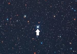Nova Delphini 2013 (tanda panah), diabadikan oleh John Chumack pada 14 Agustus 2013 dengan mengunakan teleskop berdiameter 40 cm, hanya dalam beberapa jam setelah ditemukan. Sumber: Chumack, 2013.