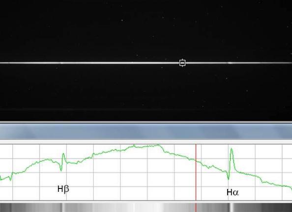 Hasil observasi Nova Delphini 2013 dengan teleskop GAO-ITB RTS+DSS7 di Observatorium Bosscha pada 16 Agustus 2013, yang dilakukan oleh Rhisa Azalia, Gabriela K Haans, Saeful Ahyar dan Hakim L. Malasan. Nampak spektrum cahaya nova ini khususnya spektrum emisi Hidrogen dalam bentuk garis Hidrogen-alfa (merah) dan Hidrogen-beta (hijau). Sumber: Bosscha, 2013.