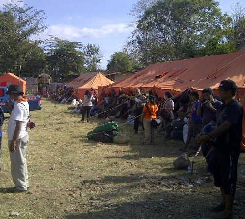 Sebagian pengungsi korban letusan Gunung Rokatenda yang telah berada di Maumere. Sumber : BNPB, 2013.