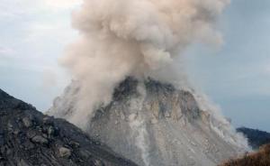 Kubah lava baru di puncak Gunung Rokatenda yang terbentuk semenjak Oktober 2012 silam. Longsornya sisi selatan dan utara kubah lava ini, masing-masing pada 13 Februari dan 10 Agustus 2013, menyebabkan awan panas berkibar ke arah selatan dan tenggara. Sumber : Pos Kupang, 2013.