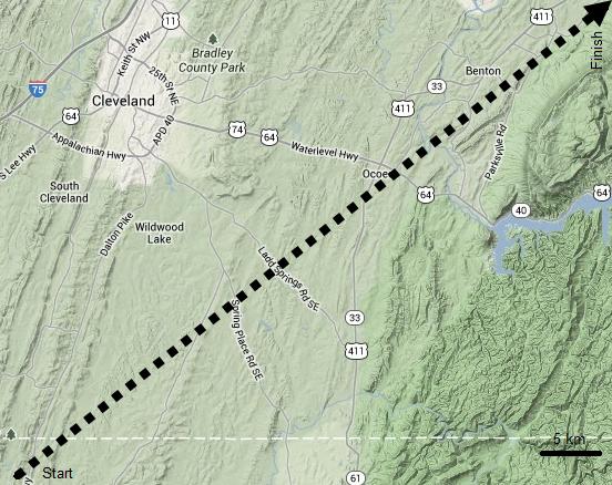 Peta topografi kota kecil Cleveland (Tennessee) dan area sekitarnya. Garis panah putus-putus menunjukkan posisi lintasan meteor-terang Cleveland semenjak awal hingga akhir berdasarkan analisis rekaman kamera-kamera khusus pemantau meteor NASA. Tanda panah menunjukkan arah gerakan. Sumber: Sudibyo, 2013 dengan peta dari Google Maps.