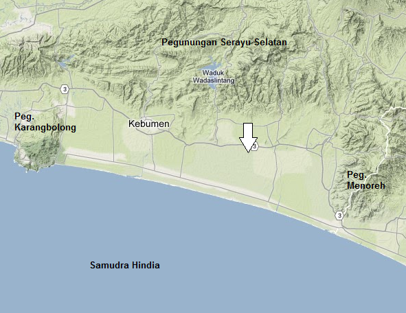 Gambar 3. Peta topografi Rendahan Kebumen (Kebumen Low) yang 'dipagari' Pegunungan Karangbolong (barat), Serayu Selatan (utara) dan Menoreh (timur). Lokasi semburan lumpur Butuh ditandia dengan anak panah. Sumber: Sudibyo, 2013 dengan peta dari Google Maps.