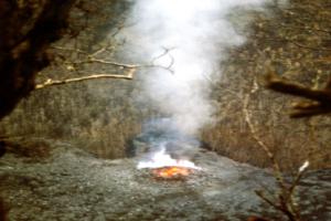 Gambar 5. Magma segar yang mulai menumpuk membentuk kubah lava baru di dasar kawah Gunung Ibu yang telah menjadi hutan belantara pada Januari 1999, sebagai pertanda bangunnya gunung berapi ini dari tidur panjangnya selama 15.000 tahun. Sumber; Wittiri, 2009.
