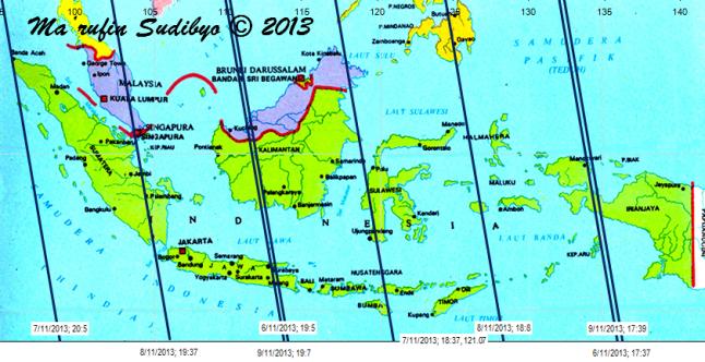 "Gambar 5. Peta lintasan bangkai GOCE di atas Indonesia pada 6 hingga 9 November 2013 malam berdasarkan TLE GOCE 1 November 2013. Lintasan bangkai satelit GOCE diperlihatkan oleh garis biru. Dalam tiap lintasannya, bangkai GOCE bakal bergerak cepat dari tenggara ke barat laut. Tiap lintasan memiliki label, misalnya ""6/11/2013; 17:37"" berarti lintasan dimulai pada tanggal 6 November 2013 pukul 17:37 WIB di titik selatan (garis lintang 12 LS) dan berakhir di titik utara (garis lintang 10 LU) pada 5-6 menit kemudian. Sumber : Sudibyo, 2013 dengan data dari Corbellini, 2013."