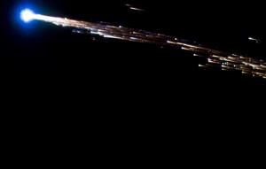 Gambar 3. Sampah antariksa yang terpecah belah dan terbakar saat sedang menembus atmosfer Bumi yang lebih padat. Bangkai satelit GOCE pun bakal bernasib seperti ini. Namun seperempat bagiannya cukup tahan panas sehingga bakal tetap bertahan saat menembus atmosfer dan bakal jatuh mencium muka Bumi di titik kejatuhannya. Sumber: Spaceflight101.com, 2013.