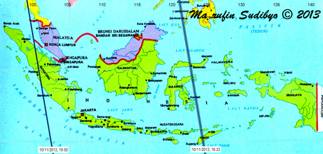 "Gambar 5. Peta lintasan bangkai GOCE di atas Indonesia pada 10 November 2013 malam berdasarkan TLE GOCE 8 November 2013. Lintasan bangkai satelit GOCE diperlihatkan oleh garis biru. Dalam tiap lintasannya, bangkai GOCE bakal bergerak cepat dari timurlaut ke barat daya. Tiap lintasan memiliki label, misalnya ""10/11/2013; 19:50"" berarti lintasan dimulai pada 10  November 2013 pukul 19:50 WIB di titik selatan (garis lintang 12 LS) dan berakhir di titik utara (garis lintang 10 LU) pada 5-6 menit kemudian. Sumber : Sudibyo, 2013 dengan data dari Corbellini, 2013."