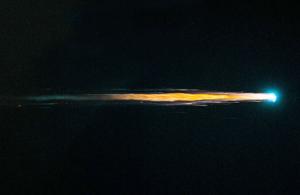 Gambar 1. Sebuah bangkai satelit dalam tahap awal kejatuhannya, nampak pijaran api terang menyala laksana meteor. Sumber: NASA/ESA, 2013.