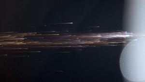Gambar 2. Bangkai satelit saat kejatuhannya dalam tahap lebih kemudian, nampak pijaran api telah berubah menjadi hamburan keping-keping berpijar laksana semburan debu menyala-nyala. Kecuali bagian yang tahan panas, seluruh keping berpijar ini bakal musnah di atmosfer Bumi. Sumber: NASA/ESA, 2013.