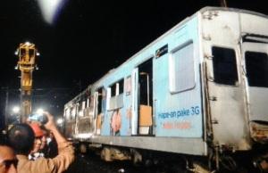 Gambar 1. Bangkai salah satu gerbong KRL 1131 yang berhasil ditegakkan kembali setelah 12 jam terguling dalam Tragedi Bintaro 2. Sumber: Humas KAI Daop I Jakarta, 2013.