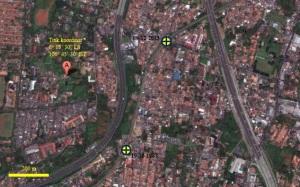 """Gambar 2. Posisi titik Tragedi Bintaro 2 (ditandai dengan """"09-12-2013"""") di perlintasan Pondok Betung terhadap titik Tragedi Bintaro seperempat abad silam (ditandai dengan """"19-10-1987"""") dalam citra satelit spektrum visual. Jalan besar di sisi kanan (timur) adalah bagian ruas jalan tol JORR sementara jalan sejenis di sisi k iri (barat) adalah bagian ruas jalan tol Serpog. Sumber; Google Maps, 2013 dengan teks oleh Sudibyo, 2013."""