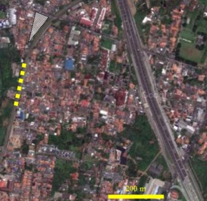 Gambar 6. Simulasi kasar apa yang bakal terjadi bila KRL 1131 (digambarkan dengan garis kuning tebal putus-putus) melakukan pengereman sangat kuat begitu mulai keluar dari lengkungan. KRL akan terguling ke kiri (ke arah barat) dan menghantam area bertanda segitiga diarsir. Sumber; Google Maps, 2013 dengan teks oleh Sudibyo, 2013.