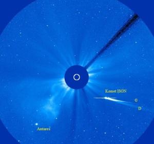 Gambar 1. Komet ISON pada saat paling benderang, Kamis 28 November 2013 pukul 13:00 WIB, seperti diabadikan dalam instrumen LASCO C3 satelit SOHO, lengkap dengan ekor gas (G) dan ekor debu (D). Garis horizontal sebelah menyebelah kepala komet adalah cacat fotografis, yang terjadi akibat komet terlalu terang sehingga sensor LASCO C3 SOHO sempat tersaturasi. Sumber: NASA, 2013.