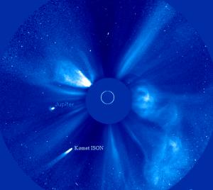 Gambar 2. Komet ISON pada saat paling benderang, Kamis 28 November 2013 pukul 13:00 WIB, seperti diabadikan dalam instrumen COR-2 satelit STEREO-B. Sumber: NASA, 2013.
