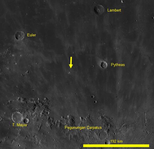 Gambar 3. Titik jatuhnya meteoroid 40 cm di Bulan dalam peristiwa 17 Maret 2013 silam (ditandai dengan anak panah kuning) dalam citra satelit LRO (Lunar Reconaissance Orbiter). Fitur topografis Bulan terdekat dengannya adalah kawah Pytheas (diameter 20 km). Panduan arah: atas = utara, kanan = timur. Sumber: NASA, 2014.