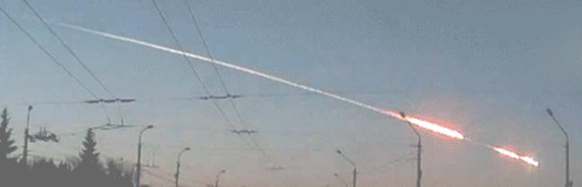 Gambar 1. Asteroid-tanpa-nama saat melaju di dalam atmosfer Bumi menjelang airburst di atas Chelyabinsk, Siberia (Russia) pada 15 Februari 2013 lalu. Inilah contoh terkini betapa peristiwa tumbukan benda langit berpotensi merusak meski yang terjadi baru sebatas peristiwa airburst. Sumber : Popova dkk, 2013.