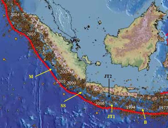 "Gambar 5. Peta titik-titik episentrum gempa bumi tektonik di Indonesia bagian barat semenjak 1964 hingga 2007. Nampak beberapa segmen seismic gap, seperti Mentawai (M), Selat Sunda (SS), Jawa Tengah (JT 1) dan Bali (B). Nampak juga segmen seismic gap yang lebih dekat ke daratans eperti Jawa Tengah 2 (JT2) yang tepat berada di lepas pantai Kabupaten Purworejo-Kebumen-Cilacap. Angka-angka ""2004"", ""2005"" dan seterusnya menunjukkan lokasi dimana terjadi pelepasan energi dari segmen bersangkutan dalam bentuk gempa besar/akbar. Sumber: Natawidjaja, 2007 dengan adaptasi seperlunya oleh Sudibyo, 2014."