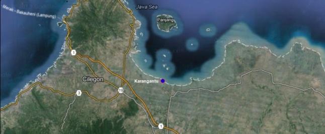 Gambar 2. Lokasi pesisir Karangantu, Kabupaten Serang (Banten) dalam citra Google Maps. Nampak pesisir berada dalam sebuah teluk dangkal dengan pulau Panjang dan tebaran pulau-pulau kecil dihadapannya. Sumber: Sudibyo, 2014 dengan peta dari Google Maps.