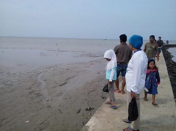 Gambar 1. Pesisir Karangantu yang mengalami surut laut di siang hari dan menjadi tontotan masyarakat setempat. Sumber: Banten News, 2014.