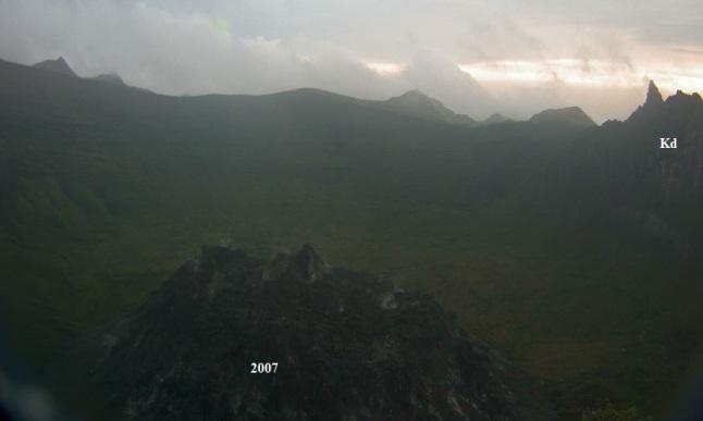 Gambar 2. Panorama terakhir kawah Gunung Kelud dengan kubah lava 2007 (2007) yang masih berasap di latar depan dan kubah lava Kelud (Kd) di latar belakang pada Kamis 13 Februari 2014 pukul 17:55 WIB. Lima jam kemudian, kubah lava 2007 lenyap dalam Letusan Kelud 2014. Sumber: Badan Geologi, 2014.