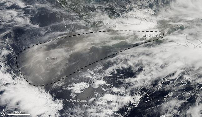 Gambar 8. Sebaran debu vulkanik (plume) produk Letusan Kelud 2014 berdasarkan observasi instrumen MODIS pada satelit Aqua milik NASA hingga 14 Februari 2014. Nampak debu vulkanik lebih dominan menyebar ke arah barat daya menuju ke Samudera Hindia. Sumber: NASA, 2014 dengan garis putus-putus ditambahkan oleh Sudibyo, 2014.