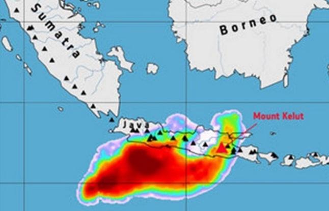 Gambar 9. Distribusi gas belerang (SO2) produk Letusan Kelud 2014 seperti direkam oleh satelit MetOp-A dan MetOp-B milik ESA (European Space Agency) hingga 14 Februari 2014. Seperti halnya distribusi debu vulkaniknya, gas belerang pun lebih dominan mengarah ke barat daya, menjauhi daratan pulau Jawa. Sumber: ESA, 2014.