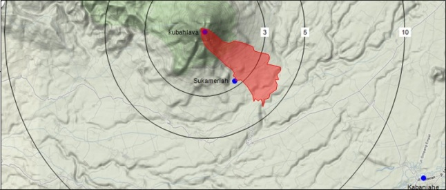 Gambar 1.Peta sebaran endapan awan panas guguran produk letusan Gunung Sinabung hingga 30 Januari 2014 (area merah) berdasarkan data dari BNPB dalam peta topografi dari Google Maps. Ujung endapan telah menyentuh jarak mendatar 4,5 km dari puncak. Nampak posisi desa Sukameriah tepat di batas terluar endapan awan panas guguran, sehingga berpotensi terkena tebaran debu vulkanik panas. Disinilah korban-korban peristiwa 1 Februari 2014 ditemukan. Lingkaran 3, 5 dan 10 masing-masing menunjukkan radius mendatar sebesar 3 km, radius 5 km dan radius 10 km dari kubah lava Gunung Sinabung. Panduan arah, atas = utara, kanan = timur. Sumber: Sudibyo, 2014.