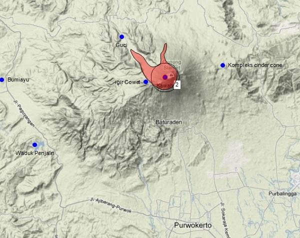 Gambar 4. Kawasan terlarang kala Gunung Slamet berstatus Waspada (Level II) dalam warna merah. Kawasan ini beradius 2 km dari kawah ditambah radius 5 km (sektor barat laut) dan 4 km (utara) dari kawah khusus untuk lembah-lembah besar yang terhubung langsung dengan kawah. Sumber: Sudibyo, 2014 dengan peta dari Google Maps dan data dari PVMBG.