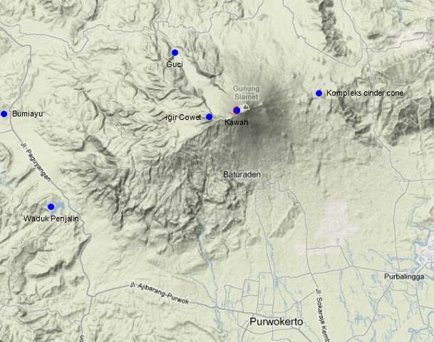 Gambar 2. Topografi Gunung Slamet berdasarkan citra Google Maps classic mode terrain. Nampak tubuh Slamet tua yang berpuncak di igir Cowet dan tubuh Slamet muda yang berpuncak di puncak Slamet dengan kawah aktifnya. Nampak pula lembah besar yang membuka ke arah Guci dari kawah, yang diduga adalah jejak letusan lateral masa silam. Beberapa obyek wisata di sekitar lereng dan kaki gunung adalah kawasan Baturaden, Guci (pemandian air panas) dan Waduk Penjalin. Kawah Gunung Slamet berjarak mendatar masing-masing 20 dan 21 km terhadap kota Purwokerto dan Purbalingga. Sumber: Sudibyo, 2014 dengan peta dari Google Maps.