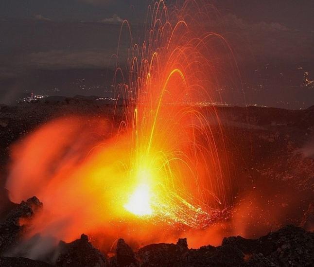 Gambar 3. Pancuran lava yang menyerupai kembang api sebagai pertanda letusan tipe Strombolian pada saat Gunung Slamet meletus di April-Mei 2009 silam, diabadikan oleh Th Boeckel dan M. Rietze langsung dari bibir kawah IV. Sumber: Boeckel & Rietze, 2009.