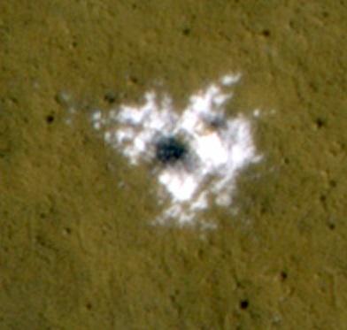 Gambar 3. Citra kawah A (diameter 4 meter) dalam resolusi lebih tinggi yang juga diambil dari kamera HiRISE wahana Mars Reconaissance Orbiter. Kawah ini terbentuk dalam waktu kapan saja di antara bulan Januari hingga September 2008. Warna putih menunjukkan pencaran es yang tergali dan terhambur bersama tanah Mars saat kawah terbentuk. Dari sebaran es ini diketahui ketebalan lapisan es di lokasi kawah tersebut sekitar 12 cm. Sumber: NASA, 2008.