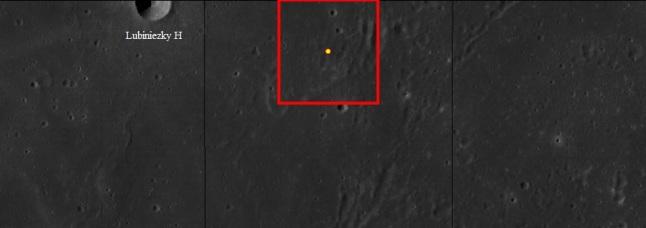 Gambar 5. Citra satelit lokasi peristiwa 11 September 2013 di Bulan yang ditandai sebagai titik kuning. Bingkai merah menunjukkan implementasi nilai galat posisi lokasi peristiwa tersebut, yang sebesar 0,2 derajat baik dalam garis lintang Bulan maupun bujur Bulan. Panjang sisi bingkai merah setara dengan 12 km. Sementara garis-garis tegak hitam merupakan garis bujur Bulan, yakni garis 21 BBB (kiri) dan 20 BBB (kanan). Sumber peta: WMS Image Map, 2014.