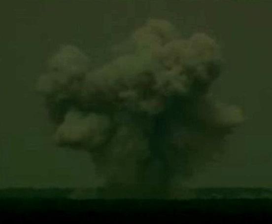 Gambar 3. Awan jamur (mushroom cloud) produk ujicoba peledakan bom GBU 43/B Massive Ordnance Air Blast, dilihat dari kejauhan. Bom ini berkekuatan 11.00 kilogram TNT. Bandingkan dengan peristiwa 11 September 2013 di Bulan yang melepaskan energi hingga 15.600 kilogram TNT. Sumber: US DoD, 2003.