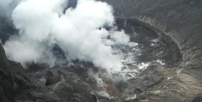 Gambar 8. Kawah baru di Gunung Kelud yang terbentuk pasca letusan besar pada 13-14 Februari 2014 lalu, diabadikan dengan pesawat udara nir-awak (PUNA). Bagaimana dampak letusan besar tersebut terhadap iklim Bumi masih diselidiki dengan berbagai cara, termasuk melalui peristiwa Gerhana Bulan Total 15 April 2014. Sumber: PVMBG, 2014.