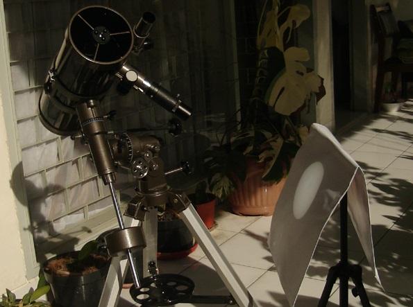 Gambar 4. Contoh konfigurasi teleskop untuk mengamati Gerhana Matahari dengan teknik proyeksi, dengan menggunakan teleskop reflektor (pemantul). Nampak bayangan Matahari terlihat di layar proyeksi. Sumber: Sudibyo, 2010.