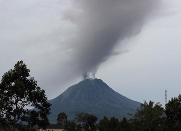 Gambar 1. Gunung Sinabung yang anggun dengan gas-gas vulkanik mengepul sebagai asap melalui kawah-kawahnya, diabadikan oleh Kristianto pada 26 November 2013. Mulai 8 April 2014 status gunung ini telah diturunkan dari yang semula Awas (Level IV) menjadi Siaga (Level III). Sumber: Kristianto, 2013 dalam ESDM, 2014.