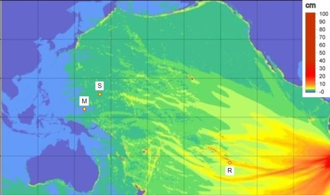 Gambar 1. Peta distribusi tinggi tsunami di laut lepas (bukan di pantai) sebagai hasil simulasi tsunami Iquique 1 April 2014 yang dipublikasikan NOAA. R = stasiun pasang surut Rikitea, Polinesia, S = pelampung (buoy) tsunami di dekat Saipan dan M = pelampung tsunami Manus utara. Sumber: NOAA, 2014 dengan penambahan seperlunya oleh Sudibyo, 2014.
