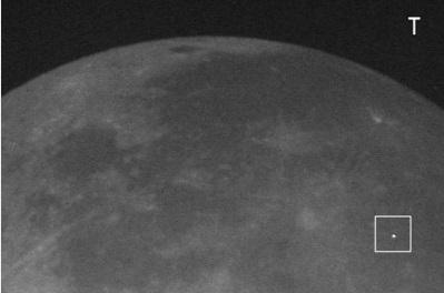 Gambar 2. Salah satu contoh rekaman kilatan cahaya yang diproduksi sebuah meteoroid saat menghantam permukaan Bulan dan terpantau dari Bumi (dalam kotak). Sumber: NASA, 2014.