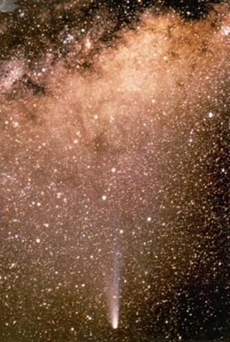 Gambar 2. Komet Halley yang terlihat cemerlang dengan menggunakan teleskop, diabadikan pada April 1986 setelah komet melintasi titik perihelionnya. Di latar belakang nampak populasi bintang yang berjejal-jejalan di sepanjang selempang galaksi Bima Sakti. Sumber: Anonim, 1986.