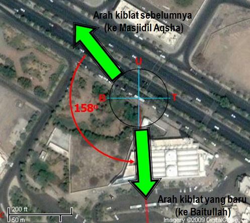 Gambar 4. Citra satelit Masjid Qiblatain di kotasuci Madinah, lokasi dimana perintah pemindahan kiblat diturunkan (surat al Baqarah ayat 144). Panduan arah, atas = utara, kanan = timur. Sebelum pemindahan kiblat, shalat menghadap ke arah barat laut. Namun begitu kiblat dipindakan, maka shalat pun beralih arah menjadi ke arah selatan. Sumber; Sudibyo, 2012 dengan peta dari Qibla Locator.