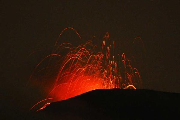 Gambar 4. Semburan material vulkanik pijar menyerupai pancuran kembang api, ciri khas erupsi strombolian, di kawah Gunung Slamet, diabadikan dari obyek wisata Baturaden. Sumber: AP, 2014.