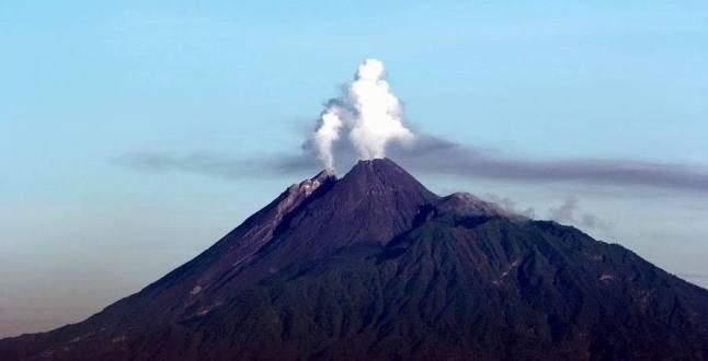 Gambar 1. Hembusan di Gunung Merapi pada Jumat pagi 25 April 2014, diabadikan dari Observatorium as-Salam, kompleks pondok pesantren modern as-Salam, Pabelan, Surakarta (Jawa Tengah). Sumber: AR Sugeng Riyadi, 2014.