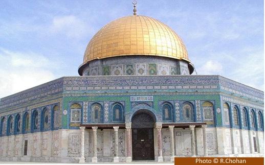 Gambar 2. Masjid Kubah Batu (Sakhrah), yang menaungi tempat tersuci di kompleks Masjid al-Aqsha dalam akwasan al-Haram asy-Syarief, Yerusalem. Di sinilah mi'raj bermula. Sumber: R. Chohan, dalam IslamicLandmarks, 2014.