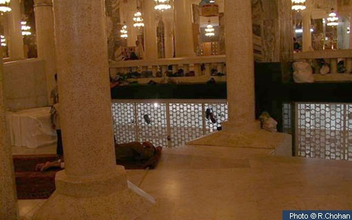 Gambar 1. Tapak kediaman Ummi Hani binti Abi Thalib RA, kini berada di sisi pintu (Bab) Abdul Aziz di kompleks Masjidil Haram, kotasuci Makkah al-Mukarramah. Dari sinilah perjalanan suci dalam peristiwa isra dan mi'raj bermula. Sumber: R. Chohan, dalam IslamicLandmarks, 2014.